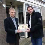 CDA Barendrecht trakteert dominee Bert de Wit op sleuteltaart